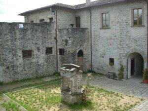 Il pozzo al centro del piazzale del castello del Piagnaro