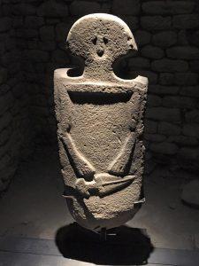 Statua stele con testa a forma di cappello di carabiniere