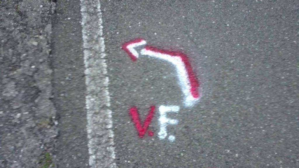 i segni bianchi e rossi che indicano il percorso ufficiale della Via Francigena