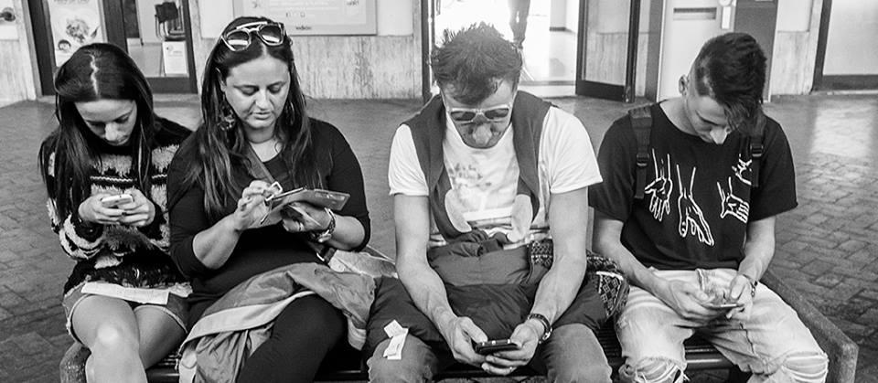 Famiglia che non comunica, causa eccesso di smartphone